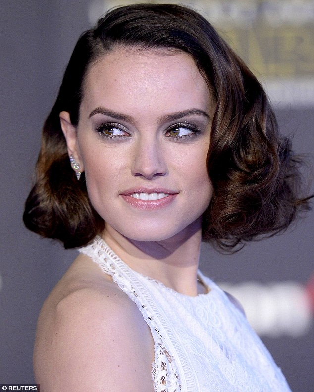 daisy ridley premiere star wars outfit make up