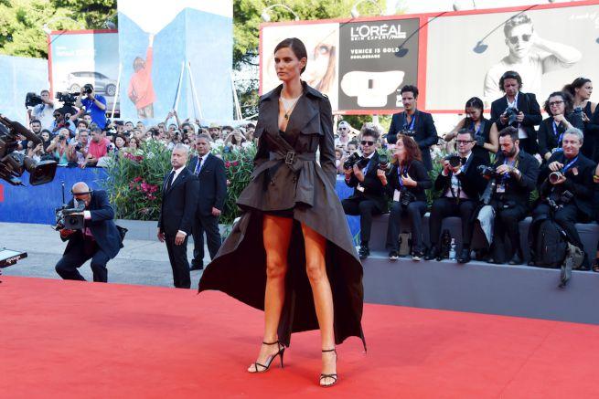 Bianca Balti sul red carpet di Venezia con un trench firmato OVS People