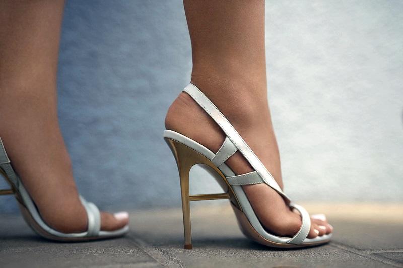 sandali bianchi tacco scultura