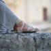 Passeggiata a Matera con sandali gioiello e abito lungo