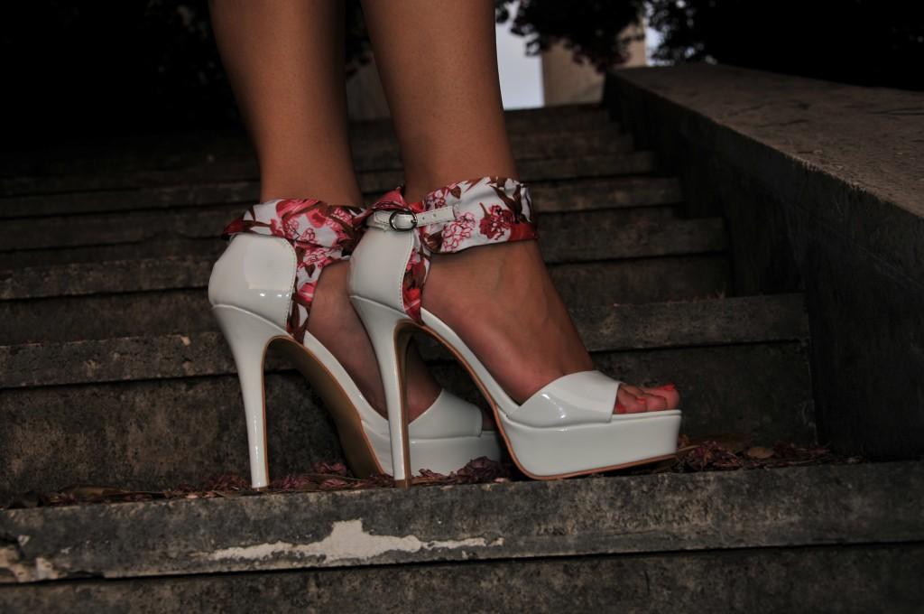 sandali bianchi tacco alto indossati