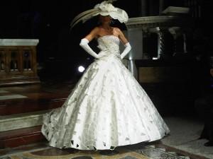 abito da sposa piume