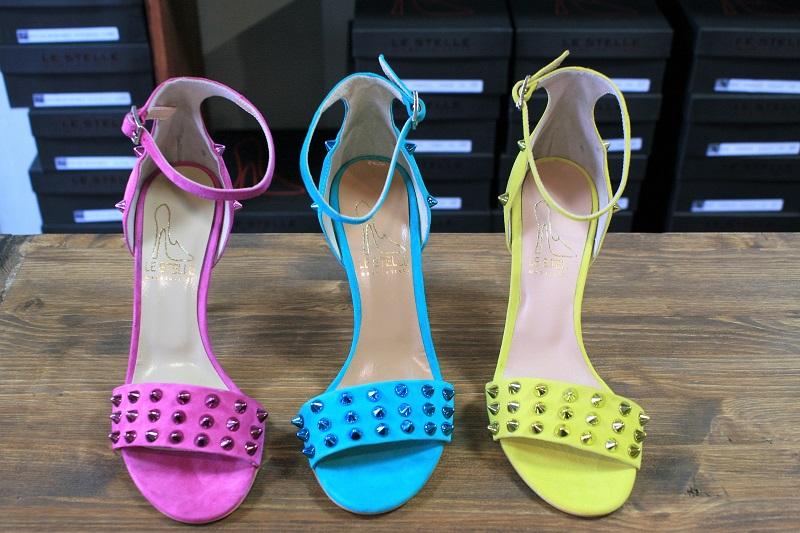 sandali colorati borchie