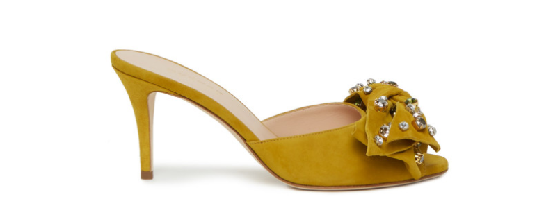 Tra i modelli a mio avviso più spettacolari meritano una menzione d onore i sandali  con incrocio di listini decorati con i fiori cce7146b1ab