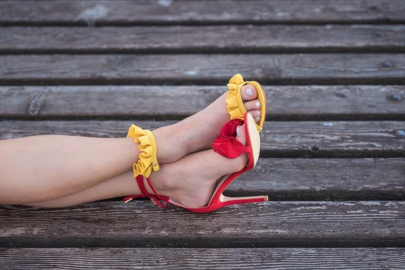 scarpe gialle e rosse