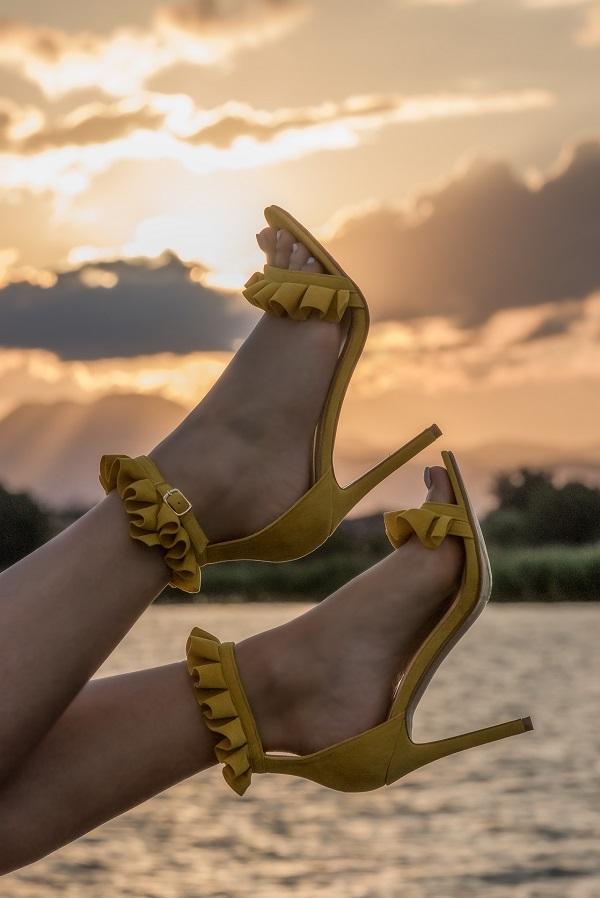 sandali gialli tacco alto