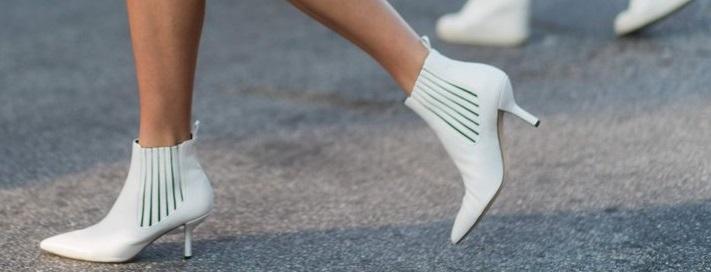 Sei pronta ad aggiungere alla tua collezione di scarpe (almeno) un paio di  stivaletti bianchi  Spero di sì 90ec82f1dc6