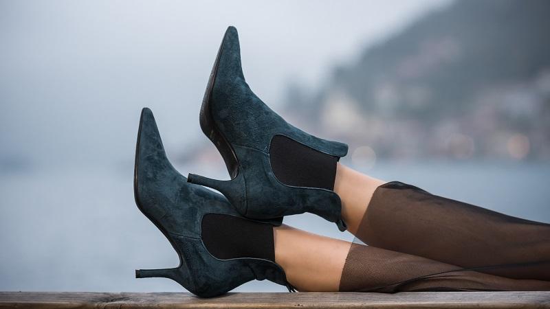 Stivaletti petrolio con kitten heels: ecco le scarpe più