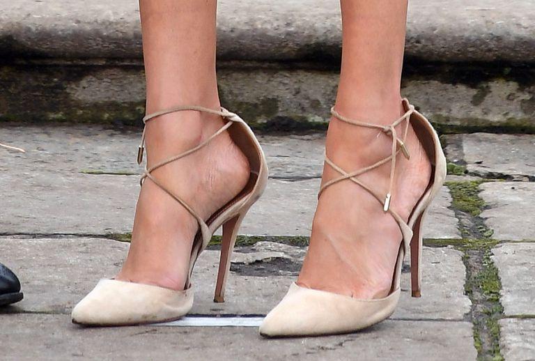 meghan markle indossa scarpe troppo grandi